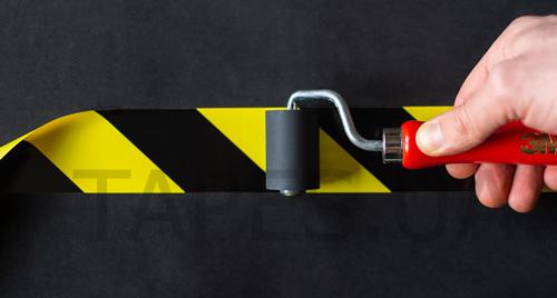 Нанесение разметочной желто-черной ленты 3М 766 на пол и стены